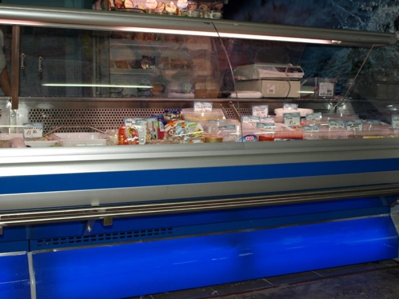 Ряд холодильных витрин.  Дополнительное оснащение. с полкой клиента.
